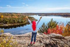 Een Canadese moslim het genieten van mening vanaf bovenkant van de heuvel royalty-vrije stock afbeeldingen