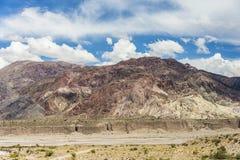 Een canion door de smeltende wateren van de Andessneeuw en het ijs wordt gevormd dat royalty-vrije stock foto