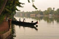 Een cannoo voor personen en goederen in de Binnenwateren van Kerala is hel royalty-vrije stock foto