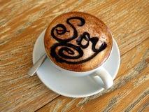 Een cappuccino maakte met sojamelk in een kop een schotel Royalty-vrije Stock Afbeeldingen