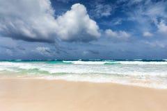 Een Caraïbisch strand in Tulum stock afbeeldingen