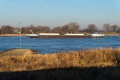 Een cargoship bij de rivier in Nederland Royalty-vrije Stock Fotografie
