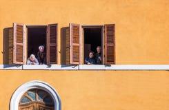 Een Carnaval-partij langs de kanalen van Comacchio Stock Afbeeldingen