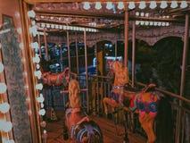 Een carrousel binnen een pretmarkt in Alexandrië, Egypte royalty-vrije stock foto