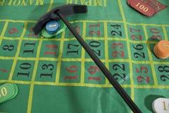 Een casinolijst met gekleurde casinospaanders stock afbeelding
