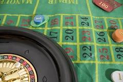 Een casinolijst met een roulette en gekleurde casinospaanders royalty-vrije stock fotografie