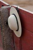 Een castoreño die (de rond gemaakte hoed van de picador) van de barrière tijdens een stieregevecht hangen Royalty-vrije Stock Afbeeldingen