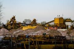 Een cementfabriek bij zonsondergang wordt gesloten die Royalty-vrije Stock Foto