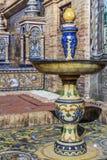 Een ceramische fontein met een adellijke titel overladen bij een alkoof bij het Vierkant van Spanje stock foto's