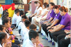 Een ceremonie waarin het volledige studentenlichaam hulde aan hun leraren betaalt Royalty-vrije Stock Foto's