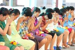 Een ceremonie waarin het volledige studentenlichaam hulde aan hun leraren betaalt Royalty-vrije Stock Afbeeldingen