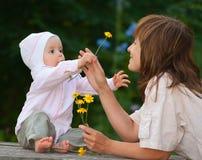 Een charmante éénjarige kind en een moeder stock afbeelding