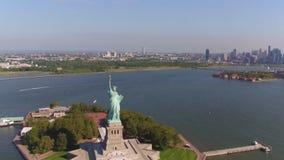 Een charmante mening van het standbeeld van vrijheid in New York stock footage
