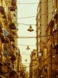 Een Charmante Straat met Kabel Hangende Straatlantaarn in Yangon-Stad Royalty-vrije Stock Afbeeldingen