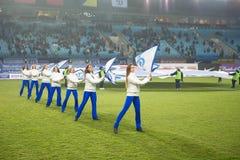 Een cheerleading groep van de flitsmenigte dans Stock Foto's