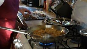 Een chef-kok het braden kip bij de pizzeria van MAC op bequia stock videobeelden