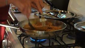 Een chef-kok het braden kip bij de pizzeria van MAC op bequia stock footage