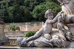 Een cherubijnstandbeeld in een park stock foto