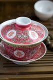 Een Chinees gaiwan met thee op een theelijst Stock Foto's