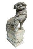 Een Chinees geïsoleerdi leeuwstandbeeld Stock Afbeeldingen