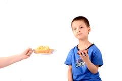 Een Chinees kind, sandwich, hand met een plaat van spaanders Stock Afbeeldingen