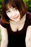 Een Chinees meisje in de tuin stock foto's