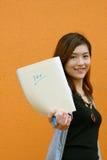 Een Chinees meisje toont volledig teken op blad Royalty-vrije Stock Foto's