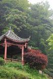 Een Chinees paviljoen werd gebouwd in een theeaanplanting in China Stock Foto