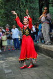 Een Chinese danser voert traditionele dans uit royalty-vrije stock afbeeldingen