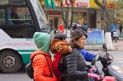 Een Chinese familie op de autoped stock afbeelding