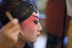 Een Chinese operaactrice schildert haar gezicht Royalty-vrije Stock Afbeeldingen