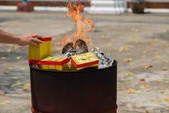 Een Chinese traditie voor het bidden van voorvaderen, brandend Joss document royalty-vrije stock afbeelding