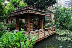 Een Chinese vijvertuin met paviljoen Stock Afbeelding