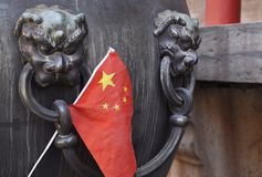 Een Chinese Vlag Sticked in Bronskom stock afbeelding