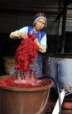 Een Chinese vrouw die batik maakt Stock Afbeelding