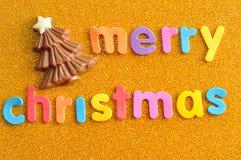 Een chocoladekerstboom met woorden Vrolijke Kerstmis Stock Foto