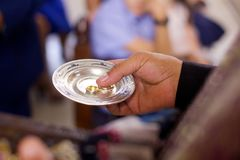 Een Christelijke priester houdt in zijn handen een trouwring royalty-vrije stock afbeeldingen
