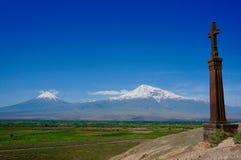 Een Christen in kruis voor MT Ararat stock afbeeldingen