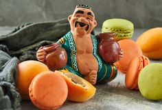 Een cijfer van een oosterse fruitverkoper in een bazaar stock afbeeldingen