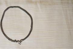 Een cirkel van een vrouwelijke, mooie, zilveren ketting wordt gemaakt die royalty-vrije stock afbeelding