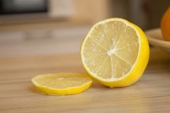 Een citroen op houten lijst wordt gesneden die Royalty-vrije Stock Afbeeldingen