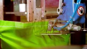 Een close-up, een speciale automatische machine naait omhoog, naait, kartonzakken met producten, bij de fabriek geautomatiseerd p stock video