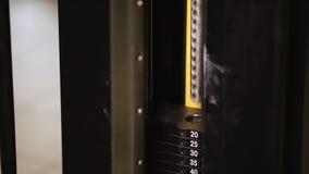 Een close-up van een deel van de simulator, een machtssimulator waaraan iemand werkt stock footage