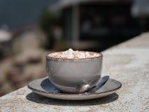 Een close-up van een cacaodrank in een porseleinkop Een hete chocolade met heemst op een vage donkere achtergrond exemplaar Stock Afbeeldingen