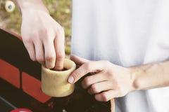 Een close-up van een jonge kerel verandert zijn wielen op zijn longboard en past de opschorting aan stock afbeeldingen