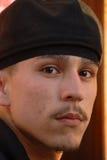 Een close-up van een latino troeplid dat afschrikwekkend kijkt Royalty-vrije Stock Foto's