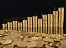 Een close-up van gouden vijftig centenmuntstukken royalty-vrije stock foto