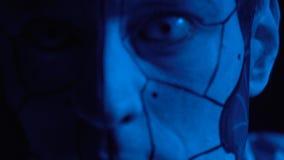 Een close-up van een griezelige robot wordt geschoten die stock videobeelden
