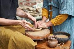 Een close-up van een hand van twee artisans die een kruik maken royalty-vrije stock afbeeldingen