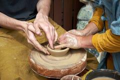 Een close-up van een hand van twee artisans die een kruik maken royalty-vrije stock foto